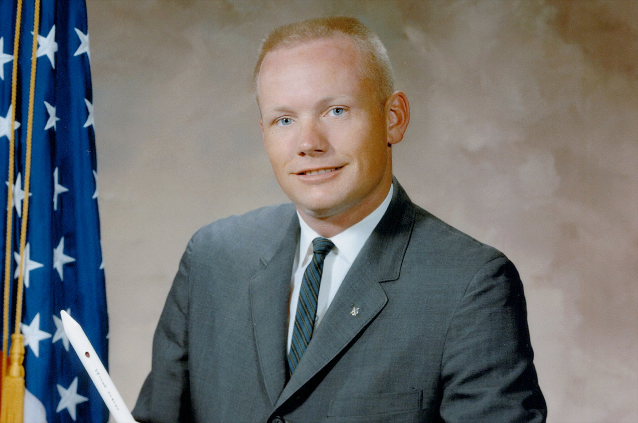 центре фото космонавта армстронга она сочла